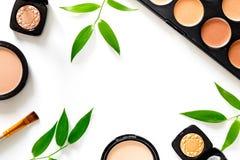 kit de maquillage Les fards à paupières, balaye, rougit sur le copyspace blanc de vue supérieure de fond de table images stock