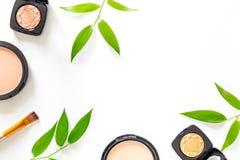 kit de maquillage Les fards à paupières, balaye, rougit sur le copyspace blanc de vue supérieure de fond de table Image stock