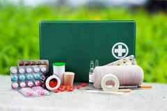 Kit de premiers secours avec des fournitures médicales Photos libres de droits