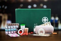 Kit de premiers secours avec des fournitures médicales Images libres de droits