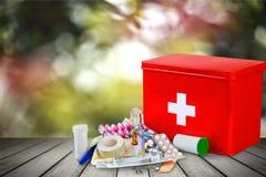 Kit de premiers secours avec des fournitures médicales sur en bois Photographie stock libre de droits