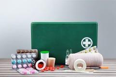 Kit de premiers secours avec des fournitures médicales sur en bois Image stock