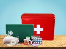 Kit de premiers secours avec des fournitures médicales sur en bois Images stock