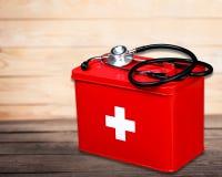 Kit de premiers secours avec des fournitures médicales sur en bois Image libre de droits