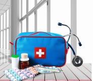 Kit de premiers secours avec des fournitures médicales sur en bois Images libres de droits
