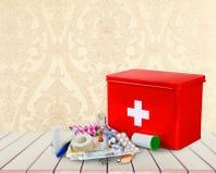 Kit de premiers secours avec des fournitures médicales sur en bois Photos stock