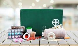 Kit de premiers secours avec des fournitures médicales sur la lumière Image libre de droits