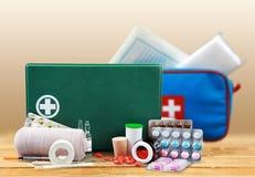 Kit de premiers secours avec des fournitures médicales sur la lumière Photographie stock