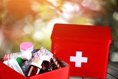 Kit de premiers secours avec des fournitures médicales sur la lumière Photo libre de droits