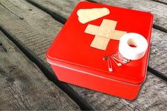 Kit de premiers secours avec des fournitures médicales sur la lumière Photos stock