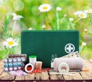 Kit de premiers secours avec des fournitures médicales sur la lumière Photo stock