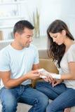 Kit de premiers secours d'amie de bandage d'homme à la maison Photo stock