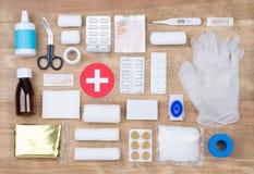 Kit de premiers secours sur le fond en bois Image libre de droits