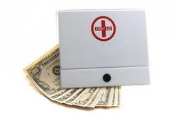 Kit de primeros auxilios con efectivo Fotos de archivo libres de regalías