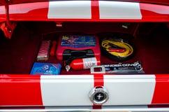 Kit de secours derrière une voiture classique Image stock