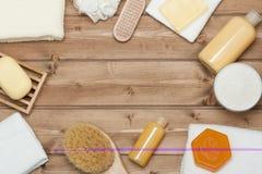 Kit de station thermale Vue supérieure Shampooing, barre de savon et liquide Gel de douche Aro Image stock