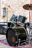 Kit de tambour de groupe de rock à l'extérieur Photographie stock libre de droits