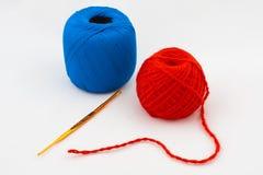 Kit para hacer punto con el gancho de leva y lanas Foto de archivo libre de regalías