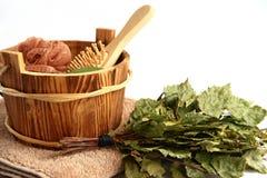 Kit pour le sauna sur un fond blanc. Image stock