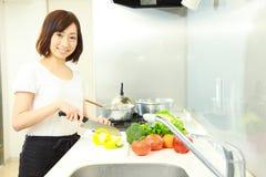 kitchen 的年轻日本妇女厨师 库存图片