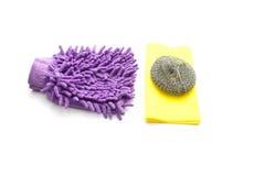 Kitchencloth con el limpiador de acero de la esponja y del polvo Fotos de archivo libres de regalías