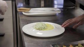 Kitchener decora o prato das batatas que estão na cozinha na tabela vídeos de arquivo