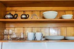 Kitchenware и утварь на деревянной полке стоковая фотография rf