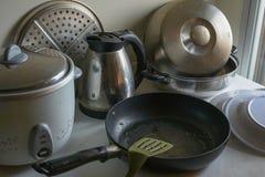 Kitchenware на таблице с мягким светом стоковые фотографии rf