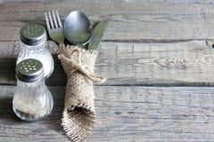 Kitchenware столового прибора на старой предпосылке деревянных доск Стоковые Фото