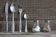 Kitchenware столового прибора на старой предпосылке деревянных доск Стоковое Изображение