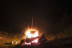 Kitchenware de acampamento - potenciômetro no fogo em um acampamento exterior em Fotos de Stock