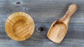 Kitchenware de madeira na madeira rústica fotografia de stock royalty free