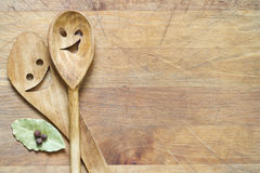 Kitchenware de madeira na placa de corte Foto de Stock