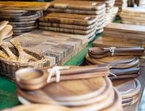 Kitchenware de madeira no contador na feira foto de stock