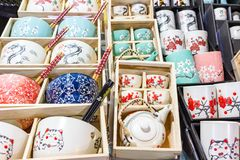 Kitchenware dos utensílios de mesa que vende a exposição da loja fotografia de stock