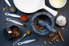 Kitchenware e especiarias Fotografia de Stock Royalty Free