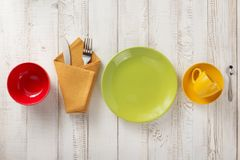 Kitchenware e louça no fundo de madeira Fotografia de Stock Royalty Free