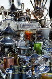 Kitchenware e pratas velhos na feira da ladra no mercado principal Squ Imagens de Stock
