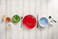 Kitchenware i crockery przy drewnianym tłem obraz stock