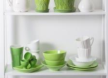 Kitchenware na prateleira Imagem de Stock