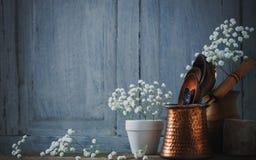 Kitchenware no fundo de madeira Foto de Stock