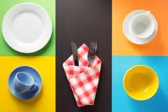 Kitchenware på färgrik bakgrund Arkivbild