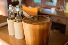 Kitchenware på tabellen på hotellrum fotografering för bildbyråer