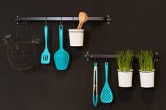 Kitchenware som hänger i en vägg Royaltyfria Bilder