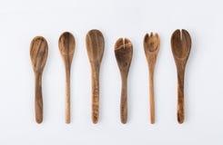 Kitchenwareuppsättning av trägaffel, sked och redskap på vitbaksida Royaltyfri Bild