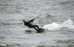 kite surfer holds tight Royalty Free Stock Photos