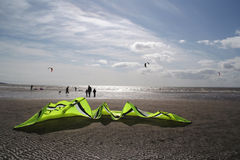 Kiteboard alla spiaggia Fotografia Stock