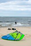 Kiteboarder和风筝齿轮 免版税库存图片