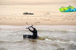 Kiteboarder和齿轮在海滩 库存照片
