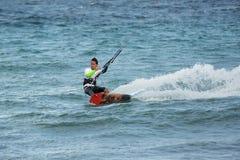 Kiteboarder высекает поворот на воде в Мексике стоковое фото